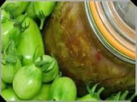 Przepis na baaardzo smaczną sałatkę z zielonych pomidorów do słoików na zimę. Warzywa myjemy, czyścimy, kroimy (dowolnie byle wz...