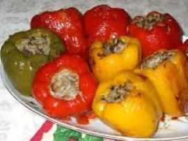 Przyrządzając paprykę nadziewaną warzywami zaczynamy od nadzienia. Cebulę pokrojoną w kostkę przysmażamy na oleju. Obrane ze skó...
