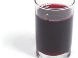 Sok z winogron pasteryzowany, doskonały na zimę. Winogrona należy przebrać i zmielić. Następnie łączymy z wrzącą wodą. Przecedz...