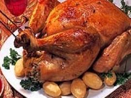 W dużym garnku zagotować 2 litry wody z solą. Włożyć kawałki indyka. Gotować przez półtorej godziny. Gdy mięso będzie miękkie, o...