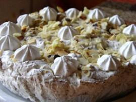 Przygotować syrop: 1 łyżeczkę cukru pudru rozpuścić w 2 łyżkach wody, wymieszać z likierem. Ciasto lub wafle podzielić na prosto...