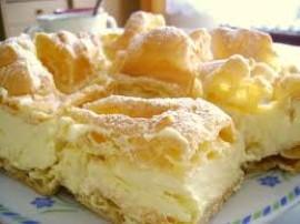 Przepis na karpatkę jest dość prosty, możemy zatem zrobić to ciasto  sami. Szklankę wody gotujemy z masłem i szczyptą soli, do ...
