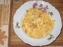 Kurki czyścimy, cebulę obieramy i kroimy w drobną kostkę, masło roztapiamy i szklimy na nim cebulkę, po 3 minutach dodajemy kurk...
