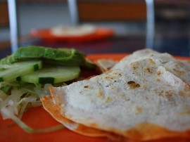 Warzywa kroimy na mniejsze części - paprykę w słupki, ogórka i rzodkiewkę w kostkę. Do serka wyciskamy czosnek, każdy placek sm...