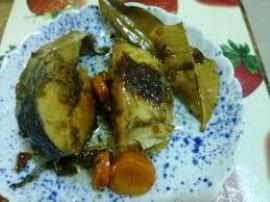 Rybę opłukać (ewentualnie oczyścić), pokroić w dzwonki, obsmażyć z obu stron na rumiano. Wodę zagotować z cukrem i solą, liście...