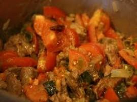 Wszystkie warzywa obieramy (pomidory najlepiej sparzyć wówczas skórka ładnie nam zejdzie) i kroimy - paprykę w paski, cebule w p...