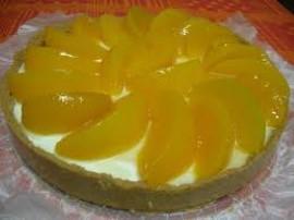 Pyszny sernik na zimno, robiłam z go z brzoskwiniami, użyłam zatem galaretek o smaku  brzoskwiniowym. Biszkopty układamy w tort...