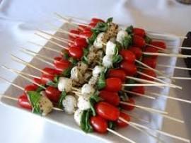 Szybka przek�ska na imprez� :) Pomidorki myjemy, kroimy na p�, kulki mozzarelli r�wnie� kroimy na p�, je�li mamy mozzarell� m...