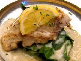 Jesiotra przyprawiamy sol�, pieprzem i zio�ami prowansalskimi, wk�adamy go na p� godziny do lod�wki aby ryba przesz�a przyprawa...