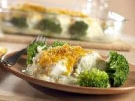 Pyszna i bardzo prosta zapiekanka z rybą i makaronem.  Rybę rozmrażamy, solimy i pieprzymy po czym obsmażamy na rozgrzanym olej...