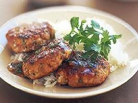 Farsz: cebule i pieczarki kroimy w kosteczkę, szklimy na rozgrzanym oleju, do momentu gdy wyparuje sok. Przyprawiamy sola i piep...