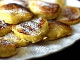 Zaczynamy od obrania jabłuszek następnie do miski ścieramy jabłka na tarce na grubych ząbkach, dodajemy jajko, mąkę, mleko,cukie...
