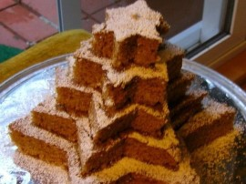 Masło ucieramy dodając stopniowo cukier i żółtka (po jednym), czekoladę ścieramy na drobnych oczkach, dodajemy do masy - ucieram...