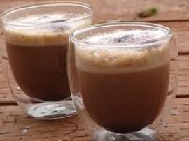 Kawę rozpuszczalna zalać wodą, tak aby była tylko lekko przykryta. Dodać likier. Całość przelać do shakera dodać lodu i wstrząsn...