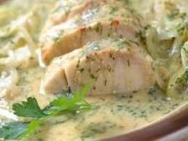 Pyszna ryba zapiekana w sosie śmietanowo-grzybowym. Rybę płuczemy skrapiamy sokiem z cytryny, przyprawiamy i obsmażamy. Przekła...