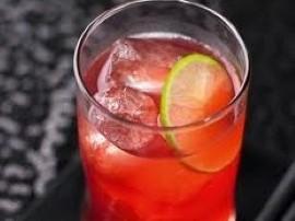 Przepis na pyszne Amaretto z sokiem żurawinowym. Wrzucamy lód do wysokiej szklanki, następnie wlewamy 50 ml amaretto, dopełniamy...
