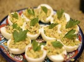 Jajka gotujemy na twardo, najlepiej, żeby czas gotowania nie był dłuższy niż 7-8 minut od zagotowania wody, wówczas po wystygnię...