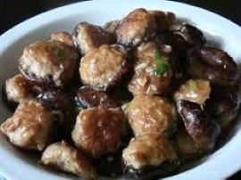 Pieczarki myjemy (ja jeszcze je obieram), usuwamy ogonki. Mięso mielone przyprawiamy solą i pieprzem. Dodajemy startą cebulę i z...