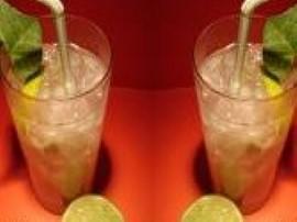 Wódkę, białe wino wermut oraz gazowany napój cytrynowy zlewamy do jednego naczynia. Dodajemy kostki lody do ochłodzenia alkoholo...