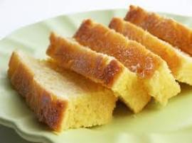 Formę do keksa wykładamy papierem do pieczenia. Jajka miksujemy z cukrem na puszystą masę, do niej przesiewamy mąkę, połączoną z...