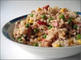 Ryż gotujemy al dente w osolonej wodzie, dobrze osączamy z wody, wsypujemy do salaterki. Tuńczyka osączamy z zalewy i oleju, dod...