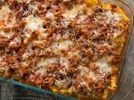Pyszna zapiekanka z makaronem i mięsnymi klopsikami, zapiekana pod sosem śmietanowo-pomidorowo-serowym. Cebulę obieramy, jedną ...