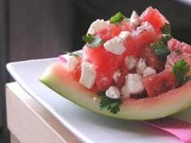 Kolejny niesamowity pomysł autorstwa pani Ewy Wachowicz - sałatka  z arbuza i sera feta.  Arbuza (sam miąższ!) kroimy w grubą k...