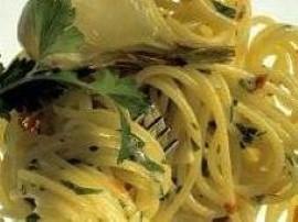 Spaghetti aglio (czosnek) olio (od oliwy) Ewy Wachowicz. Makaron gotujemy al dente w mocno osolonej wodzie, po czym odcedzamy i...