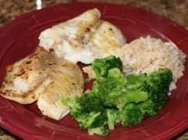Rybę kroimy na małe kawałki, oprószamy solą i pieprzem a następnie moczymy w jajku i mące. Smażymy na złoto. Brokuł gotujemy ok...