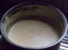 Ogórki (najlepiej Krakusa) można obrać ze skórki, wtedy smak sosu jest znacznie lepszy, następnie pokroić w drobną kosteczkę. Zą...