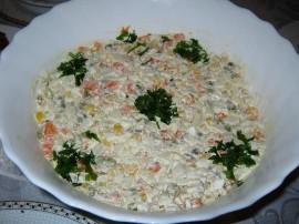 Ta sałatka wyśmienicie pasuje do mięs i wędlin oraz wielkanocnych pieczenia. Jest nieco prostsza niż tradycyjna sałatka warzywna...
