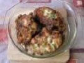 Z piersi kurczaka formujemy 8 zgrabnych kotlecików. Pieczarki kroimy w kostkę i  dusimy na oleju. Kotleciki układamy na blaszce...