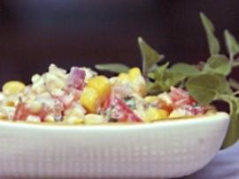 Szynkę, ananasa i jajka pokroić w drobną kostkę. W szklanej przeźroczystej misce układać  następująco: szynka, jajka (przypraw...