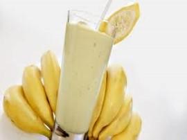 Banany obieramy ze skórki, kroimy na mniejsze części. Wkładamy do malaksera, dodajemy czekoladę i cukier waniliowy, ucieramy. Na...
