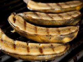 Banany umyć w łupinach, osuszyć i piec na grillu (również nie obrane) z każdej strony. Po upieczeniu naciąć banana i polać jogur...