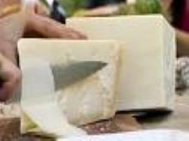 Ser pleśniak najczęściej występuje w trójkątnej formie. Cały ser posypujemy przyprawami do smaku. Zawijamy w folię aluminiową i ...