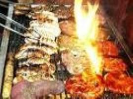 Marchewkę kroimy wzdłuż o grubości około 5mm. Obtaczamy w przyprawach. Plastry marchewki kładziemy wokół pieczonego mięsa grillo...