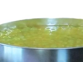 Przepis na sernik na zimno z programu Ewa gotuje. Przygotowujemy biszkopt: żółtka oddzielamy od białek, białka ubijamy na sztywn...
