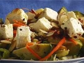 Do sporej miski wrzucamy poszczególne składniki a więc pokrojoną w kostkę fetę, kulki mozzarelli, oliwki oraz pieczarki (mniejsz...