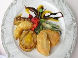 Jabłko, gruszkę i ananasa pokroić na plasterki, posypać cukrem i grillować kilka minut.  Banana pokroić na kilka podłużnych ka...