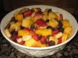 Banany pokroić w plastry jabłko obrać, wypestkować i pokroić w kostkę skropić 2 łyżkami soku cytrynowego następnie dodać pokrojo...