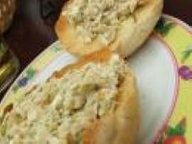 Makrele obieramy ze skóry i ości. ogórki i cebule kroimy w kostkę drobną. Wszystko razem łączymy i dodajemy ser oraz majonez mni...