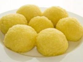 Masło łączymy z cukrem, ucieramy, dodajemy żółtka, twaróg, sok z cytryny i skórkę oraz mąkę i kaszę manną, mieszamy i odstawiamy...