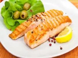 Łososia kroimy na porcje, układamy w naczyniu z zamknięciem, każdy kawałek obsypujemy solą i pieprzem oraz spryskujemy sokiem z ...