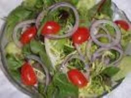 Pokroić pomidory. Obrać ogórki pokroić w kostkę składniki wrzucić do miski ogórki i pomidory dodać pieprz i sól. Pokroić szczy...