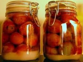 Dojrzałe śliwki z kilkoma pestkami zasypać cukrem - tak, żeby ten całkowicie pokrywał owoce. Poczekać 7 dni, tak żeby cukier się...