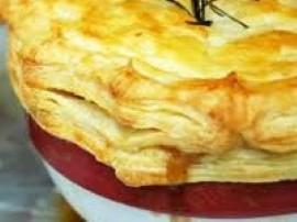 Wspaniały gulasz zapiekany pod ciastem francuskim z programu Ewa gotuje.Cebulę, boczek i czosnek kroimy w kostkę, przesmażamy w ...