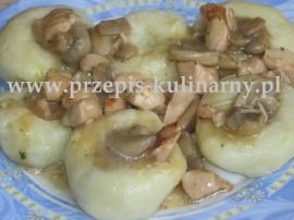 Ziemniaki gotujemy w osolonej wodzie, odcedzamy i odparowujemy a następnie przepuszczamy przez praskę lub dokładnie rozgniatamy....