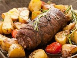 Wołowinę smażymy na rozgrzanym oleju stopniowo dodając ocet. Cebulę kroimy w kostkę i wrzucamy do wołowiny doprawiamy solą i pi...