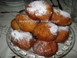 Cukier z żółtkami ubijamy na konsystencje kogel - mogel. Do innej miski wsypujemy mąkę, dodajemy mandarynki, białka, sodę, prosz...